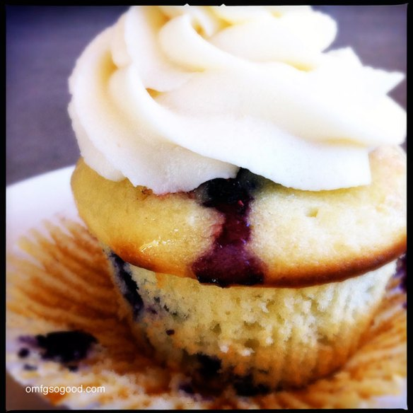 Lemon-Blueberry-Cupcakes-with-Mascarpone-Buttercream-6
